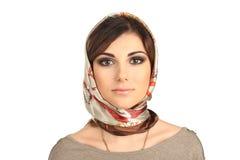 Belle femme dans une écharpe sur sa tête d'isolement photos stock