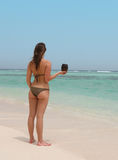 Belle femme dans une plage tropicale Photos stock