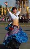 Belle femme dansing au festival de Cosplay sur un fond de l'amitié de fontaine des nations Images stock