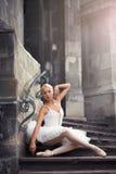 Belle femme de ballet sur des escaliers photo libre de droits