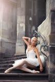 Belle femme de ballet sur des escaliers photo stock
