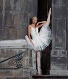 Belle femme de ballet sur des escaliers photos stock