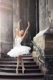Belle femme de ballet sur des escaliers image libre de droits