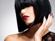 Belle femme de brune avec la coiffure de tir Photo stock