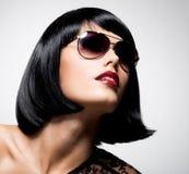 Belle femme de brune avec la coiffure de tir avec  photo libre de droits