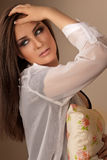 Belle femme de brune avec les yeux fumeux Photographie stock
