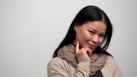 Belle femme de brune avec un beau sourire sur un fond blanc banque de vidéos