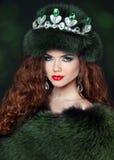 Belle femme de brune dans le manteau de fourrure de vison bijou Beau de mode Image stock