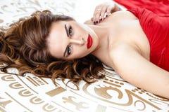 Belle femme de brune dans une robe rouge, portrait de beauté de mode images libres de droits