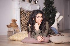 Belle femme de brune en bref et chandail en décor de nouvelle année Photo stock