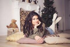 Belle femme de brune en bref et chandail en décor de nouvelle année Images stock