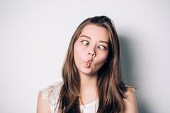 Belle femme de brune, faisant la grimace drôle folle photos stock