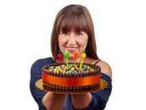 Belle femme de brune jugeant des bougies de gâteau de chocolat d'isolement Images libres de droits
