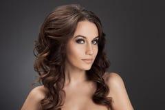 Belle femme de brune. Longs cheveux bouclés. photo stock