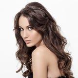 Belle femme de brune. Longs cheveux bouclés. photo libre de droits