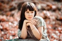 Belle femme de brune marchant en parc d'automne Photo stock