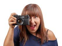 Belle femme de brune prenant le réflexe de vintage de photo d'isolement Image libre de droits