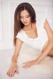 Belle femme de brune sur une 7ème grossesse de mois dans le blanc dessous Photos libres de droits