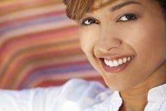 Belle femme de chemin mélangé avec les dents parfaites Photos libres de droits