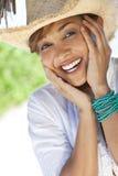 Belle femme de chemin mélangé riant dans le chapeau de cowboy Photos libres de droits