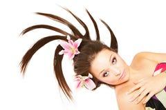 Belle femme avec des fleurs dans les cheveux photographie stock