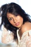 Belle femme de cheveu noir regardant dans l'appareil-photo Photographie stock libre de droits