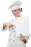 Belle femme de cuisinier retenant un panneau d'affichage Images stock