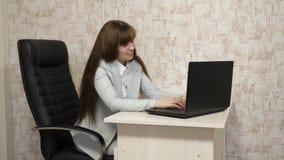 Belle femme de femme d'affaires dans la correspondance d'affaires sur un ordinateur portable jeune fille travaillant dans le bure photo libre de droits