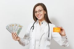 Belle femme de docteur avec le stéthoscope d'isolement sur le fond blanc Docteur féminin dans la robe médicale tenant l'argent d' image stock