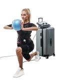 Belle femme de forme physique de SME faisant l'exercice de mouvement brusque avec la boule Photographie stock libre de droits