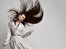 Belle femme de hippie de brune dans la veste grise d'automne avec la pose venteuse de cheveux photographie stock