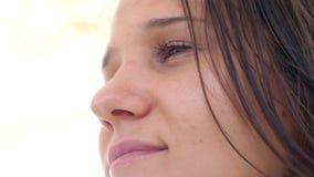 Belle femme de jeune brune avec le regard rêveur 3840x2160 banque de vidéos