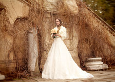 Belle femme de jeune mariée dans la robe de mariage - extérieure Images libres de droits