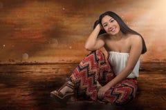 Belle femme de métis s'asseyant sur le plancher Images stock