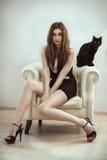 Belle femme de mannequin avec un chat Photographie stock libre de droits