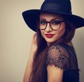 Belle femme de maquillage dans le chapeau noir de mode et le looki de lunettes photos stock