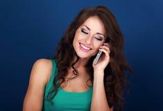 Belle femme de maquillage parlant au téléphone portable avec sourire au loin Images libres de droits