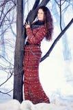 Belle femme de mode de portrait dans la robe tricotée photographie stock libre de droits