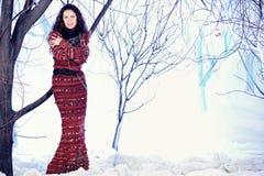 Belle femme de mode de portrait dans la robe tricotée image stock