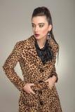 Belle femme de mode regardant à partir de l'appareil-photo Image stock