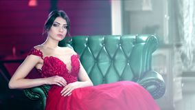 Belle femme de mode de tir moyen portant la robe fascinante flirtant et posant regardant la caméra