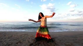 Belle femme de plage banque de vidéos