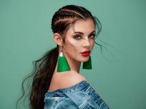 Belle femme de portrait avec des bijoux image stock