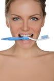 Belle femme de portrait avec la brosse à dents dans des dents Images stock