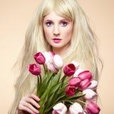 Belle femme de portrait avec le bouquet des fleurs Image libre de droits