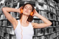 Belle femme de Pung écoutant la musique Photo stock