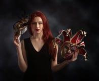 Belle femme de roux avec le masque de carnaval Images stock