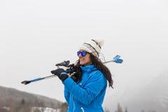 Belle femme de skieur souriant sur la montagne brouillard Winte Photographie stock libre de droits