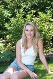Belle femme de sourire à la nuance d'un arbre Photographie stock