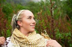 Belle femme de sourire appréciant la nature dans une forêt Photographie stock